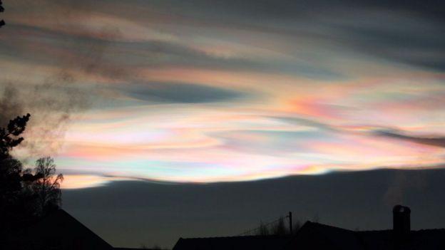 Céu com nuvens estratosféricas polares