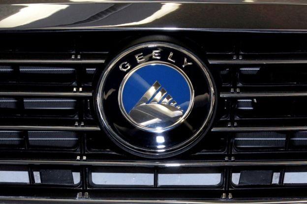 Logotipo de un coche de Geely.
