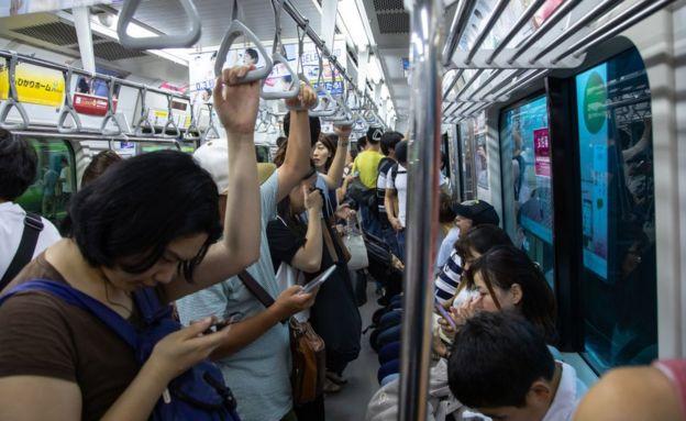 Interior de tren en Japón.