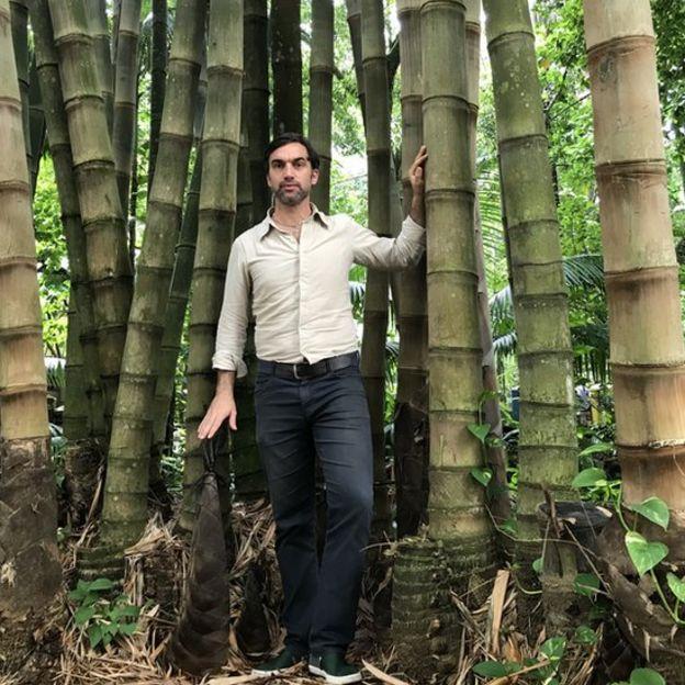 Omar Pandoli ao lado de bambus