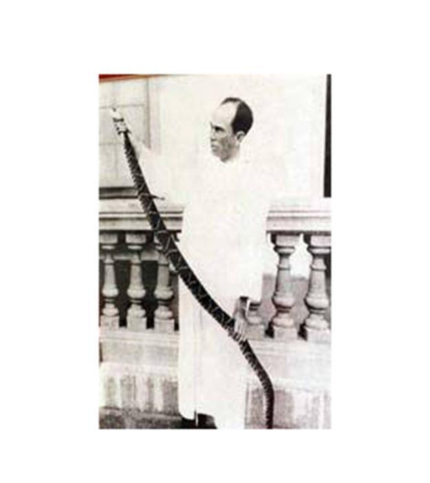 Clodomiro Picado Twight sosteniendo una víbora
