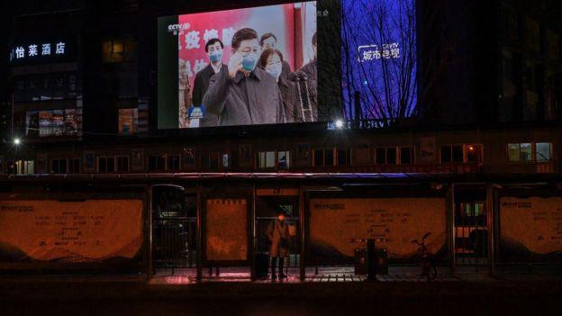 Một màn hình lớn trên đường phố chiếu cảnh Chủ tịch Trung Quốc Tập Cận Bình đeo khẩu trang bảo vệ trong chuyến thăm Vũ Hán vào đầu ngày 10/3.