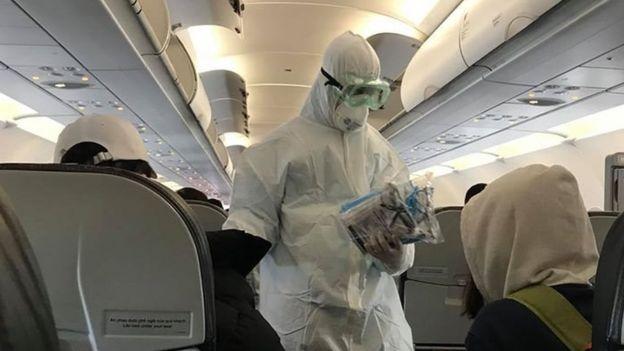 Hành khách được phát đồ bảo hộ trên máy bay