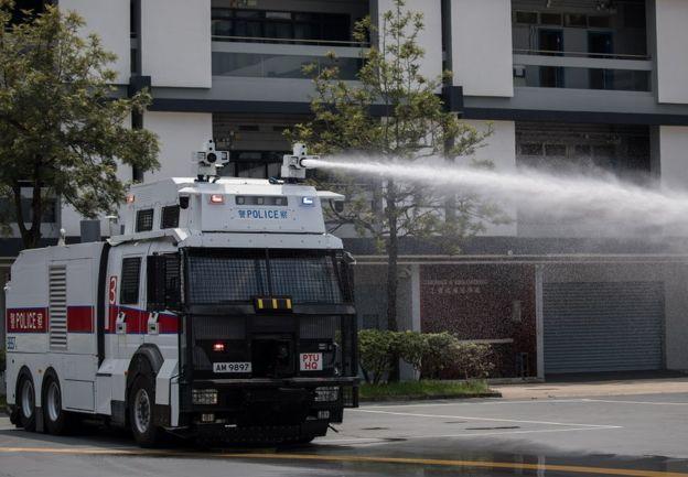 香港警方的人群管理特别用途车(俗称水炮车)据报在周日首次离开香港粉岭机动部队基地,前往港岛戒备。