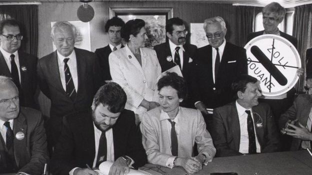 《申根协定》于1985年签署,准许欧洲协定国之间实行自由通行。