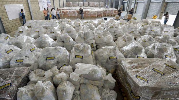 La ayuda humanitaria destinada a Venezuela ha estado siendo almacenada en galpones en el puente internacional Tienditas en Cúcuta, en el lado colombiano de la frontera.