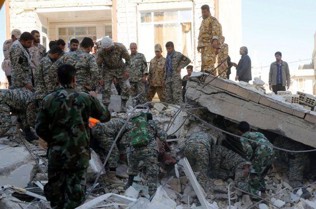 Equipos de rescate iraníes continúan buscando víctimas entre los escombros.