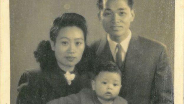 Ha digambarkan di sini sebagai seorang anak bersama dengan orang tuanya