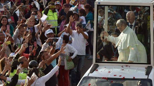 El papa Francisco recorre las calles de Bogotá en el papamóvil.