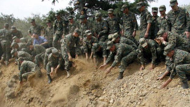Gürcistan askerleri, Güney Osetya savaşında hayatını kaybeden askerlerin toplu mezarında