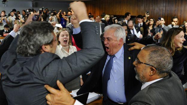 Senadores da oposição festejam rejeição, em comissão, de relatório da reforma trabalhista