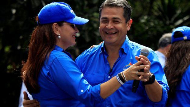 Juan Orlando Hernández baila con su esposa, Ana, durante un acto de campaña.