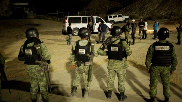Policía mexicana detiene a un grupo de migrantes en Ciudad Juárez
