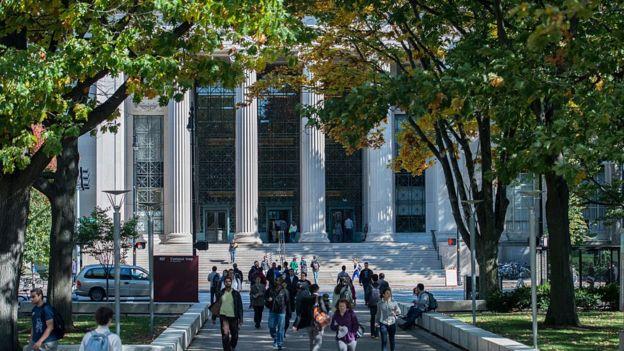 Lối vào chính của Viện Công nghệ Massachusetts