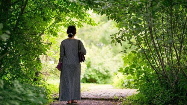 كشفت دراسة أُجريت على نسوة في السبعينيات من العمر أن فوائد المشي التي عادت عليهن لم تزد كثيرا بعد تجاوزهن عتبة السير 7500 خطوة يوميا، لا 10 آلاف خطوة