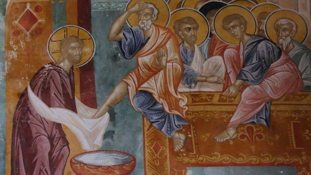 Obra que refleja el pasaje bíblico de Jesús lavándole los pies a sus discípulos