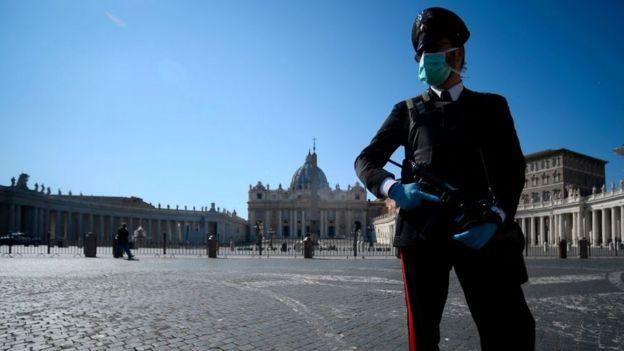 Policial armado e de máscara na Itália