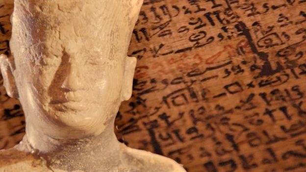 Bức tượng bằng ngà voi cao 3 ich vua Kufu được phát hiện năm 1903 tại Abydos hiện trưng bầy tại Bảo tàng Cairo đã thôi thúc sự tò mò tìm hiểu về chủ nhân của Kim Tự Tháp