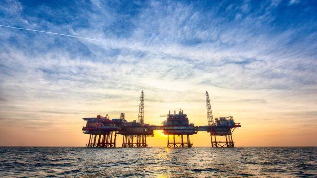 Planta petrolera en el mar.
