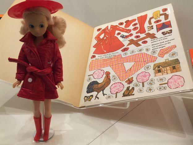 куколка Дейзи и книжка с трафаретами кукольной одежды