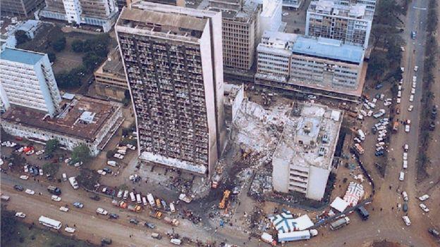 در هفتم اوت سال ۱۹۹۸، انفجار یک کامیون حامل مواد منفجره سفارت آمریکا در نایروبی کنیا و ساختمان کنار آن را کاملا ویران کرد