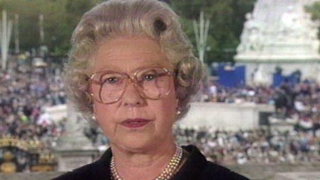 La reina Isabel II durante su discurso televisado tras la muerte de Diana