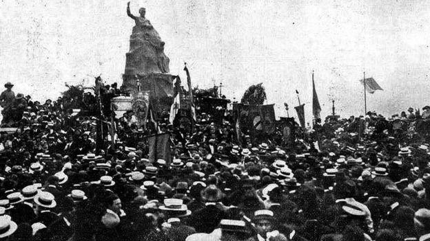 Uma multidão acompanhou a inauguração do monumento a Olavo Bilac, em 7 de setembro de 1922