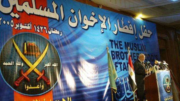 عاكف يلقى كلمة في حفل إفطار نظمته جماعة الإخوان عام 2005 في القاهرة