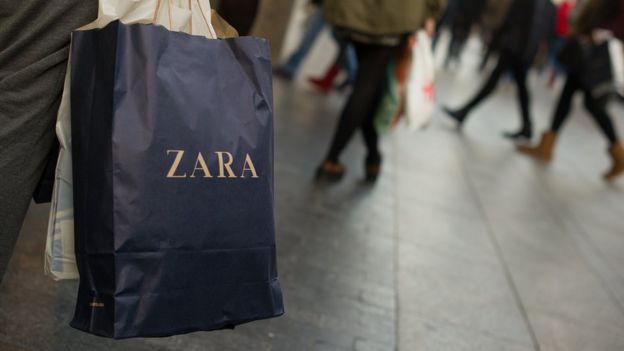 Una bolsa de Zara en un centro comercial de Madrid