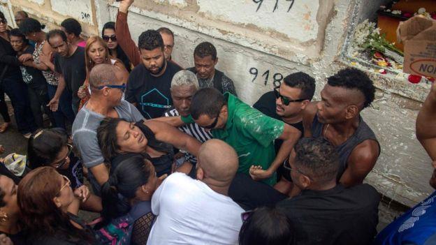 Mulher de Evaldo Rosa sendo carregada