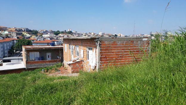 Casa a medio construir dentro del cementerio.