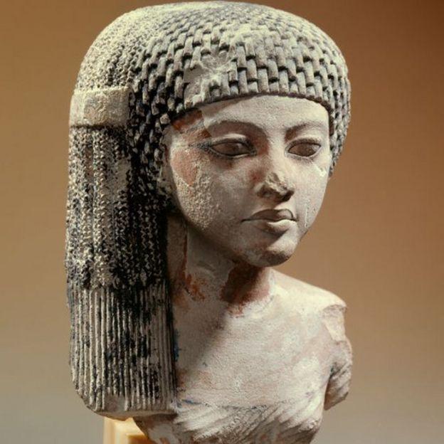 الأميرة ميريت آتون ويظهر جليا موضة الشعر في عصر الملك إخناتون الأسرة 18