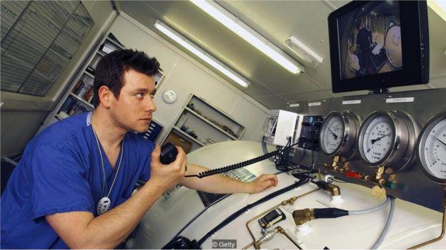 Médico supervisando a un buzo.