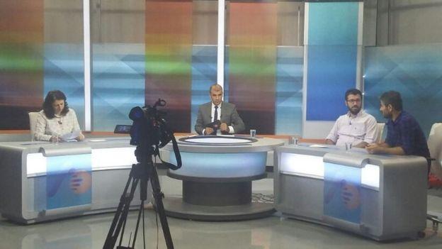 Lokman Aydoğan (ortada) bir yayın sırasında.
