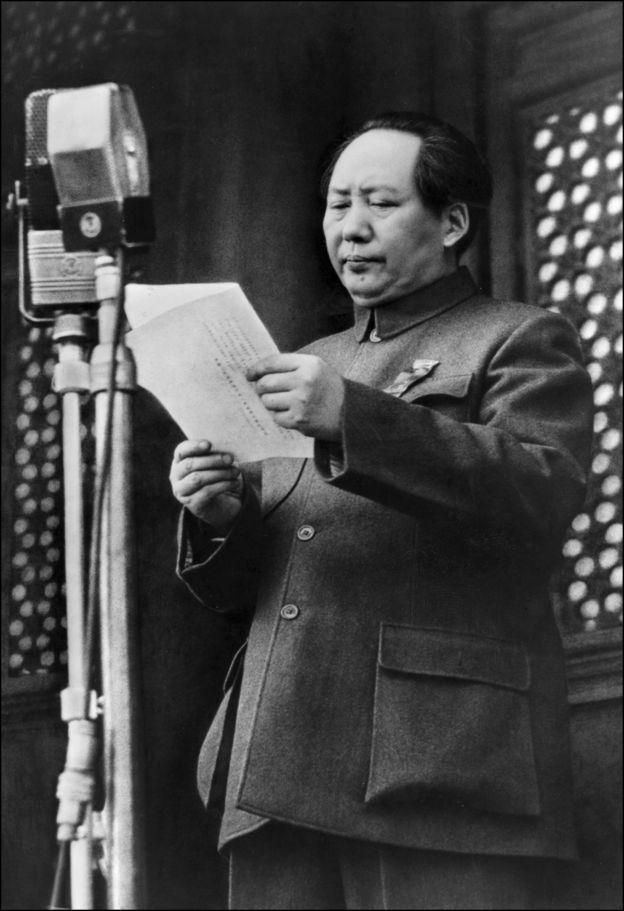 1949年,毛泽东宣布中华人民共和国成立。