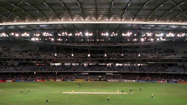 ১৬ আগস্ট ২০০০, মেলবোর্নের টেলস্ট্রা ডোমে ছাদের নিচে অস্ট্রেলিয়া দক্ষিণ আফ্রিকা একদিনের আন্তর্জাতিক ক্রিকেট ম্যাচ