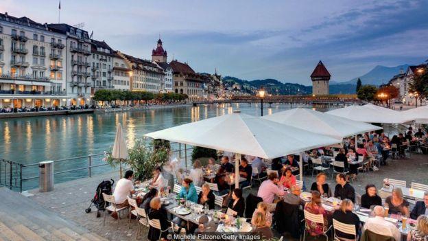 Gente en una terraza suiza
