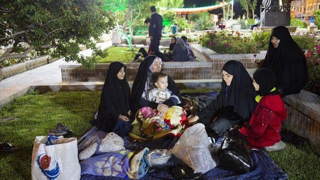 برخی از مردم پس از وقوع زلزله شب را در پارکهای تهران گذراندند