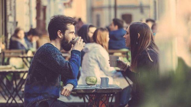 ننشد دون وعي إقامة صداقات مع أشخاص جذابين في المقام الأول، وهو ما يعني إمكانية حدوث علاقات رومانسية بيننا وبينهم فيما بعد
