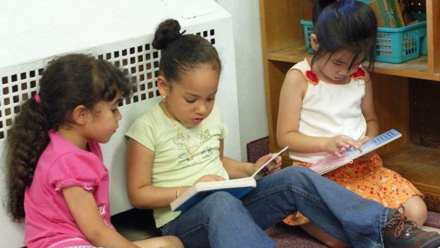 Crianças lendo