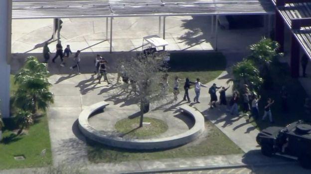 أظهر مقطع فيديو عملية إجلاء الطلاب من المدرسة في مجموعات صغيرة