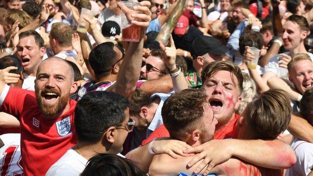 مشجعون يحتفلون بالهدف الثاني لانجلترا