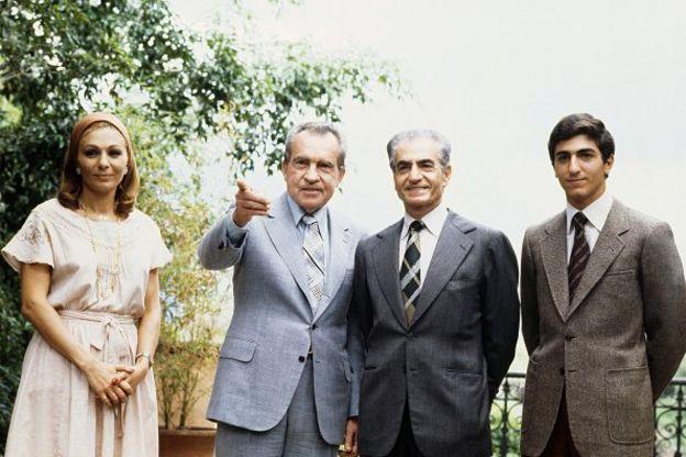 رضا پهلوی در کنار پدر و مادر و ریچارد نیکسون، رئیس جمهور سابق ایالات متحده آمریکا در سال ۱۳۵۷