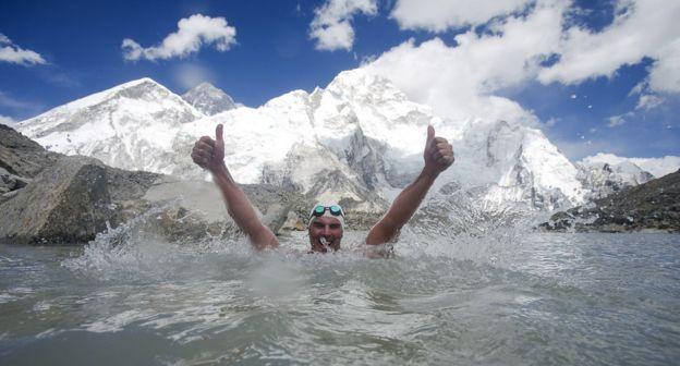 Пью в горном озере у подножия Эвереста