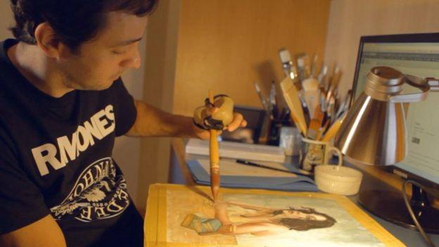 Ronaldo Serafim pintando