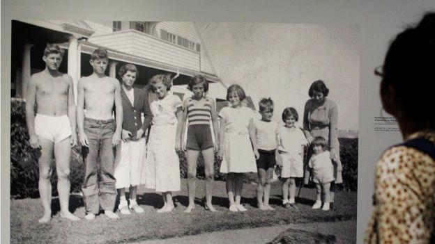 肯尼迪家庭照:九個孩子與母親在一起。其中左二是少年時的約翰·肯尼迪總統;右三那個男童是羅伯特·肯尼迪。