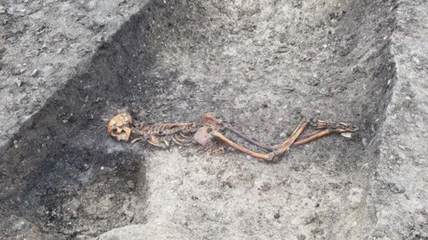 الرجل عاش قبل 2500 عام وقد قتل أو أعدم، وساعدت التربة الصلصالية في الحفاظ على هيكله العظمي