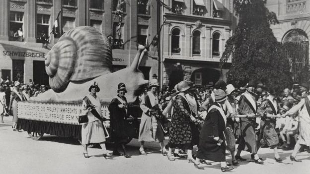 Women demonstrate in the 1920s at the slow pace with which Switzerland is tackling equal rights at work