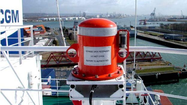 کپسول ثابت جعبه سیاه کشتی که بر روی عرضه نصب شده