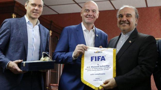 جانی اینفانتیو در میان مسعود سلطانیفر، وزیر ورزش و جوانان (راست) و مارکو فان باستن، ستاره سابق هلند در یکی از سفرها به ایران